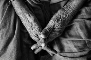 solitudine-degli-anziani-estate